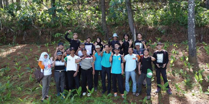 Foto Bersama Warga Dusun Ngroto, Desa Sukoharjo, Kecamatan Tirtomoyo, Setelah Acara Penanaman 1500 Pohon Kopi.